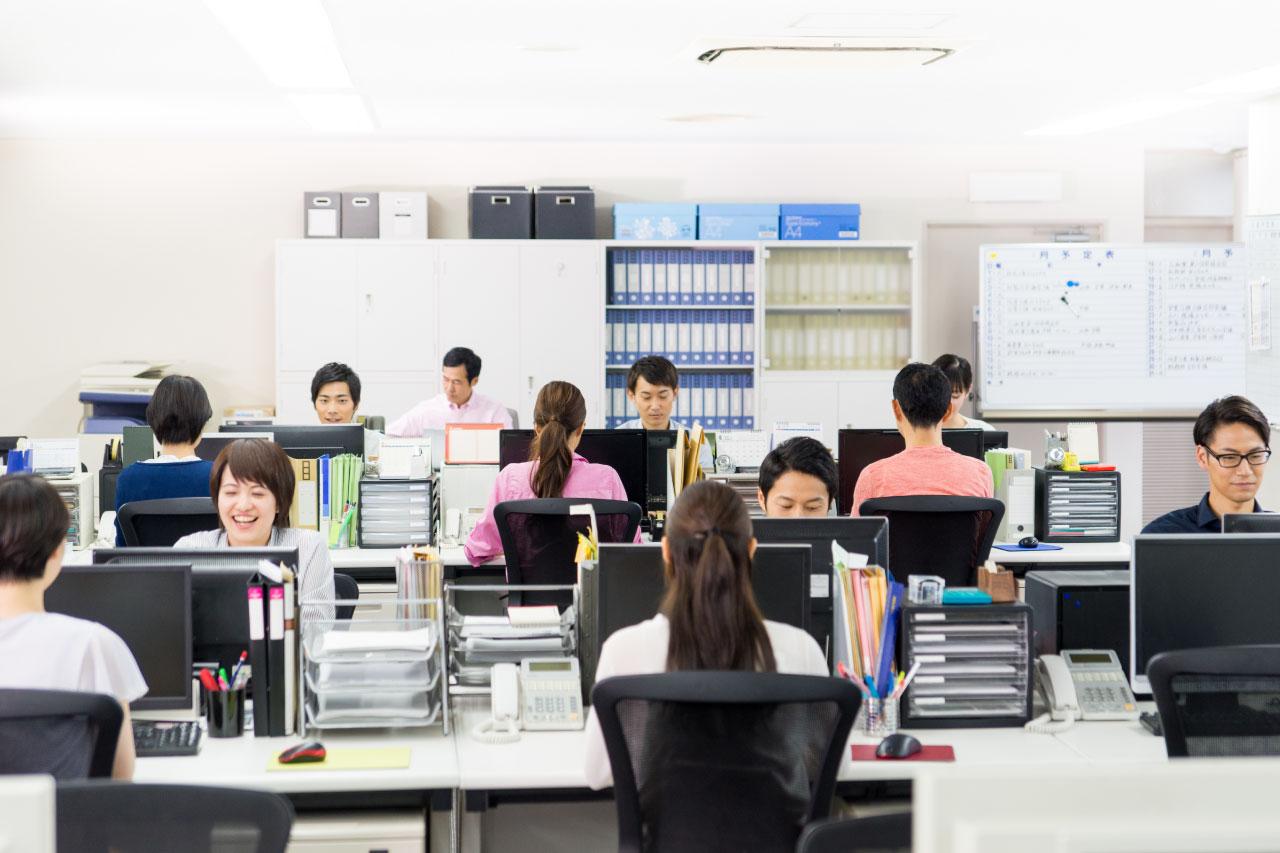 デスクワークの多い日本のビジネスパーソンの風景
