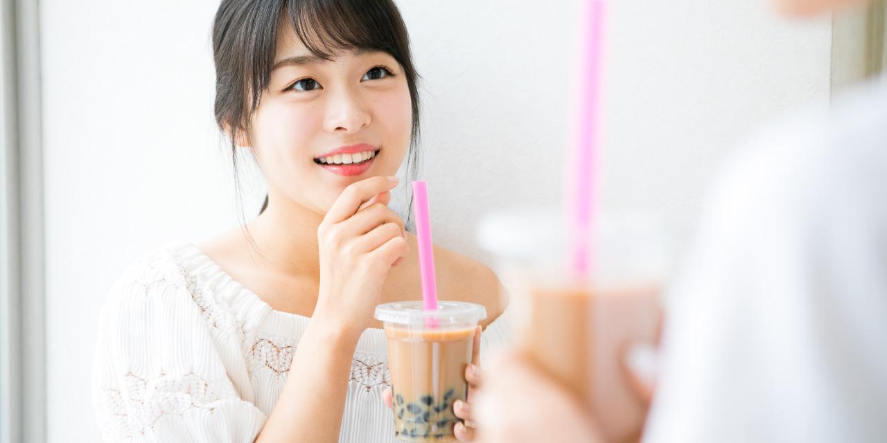 カフェでくつろぐ若い女性