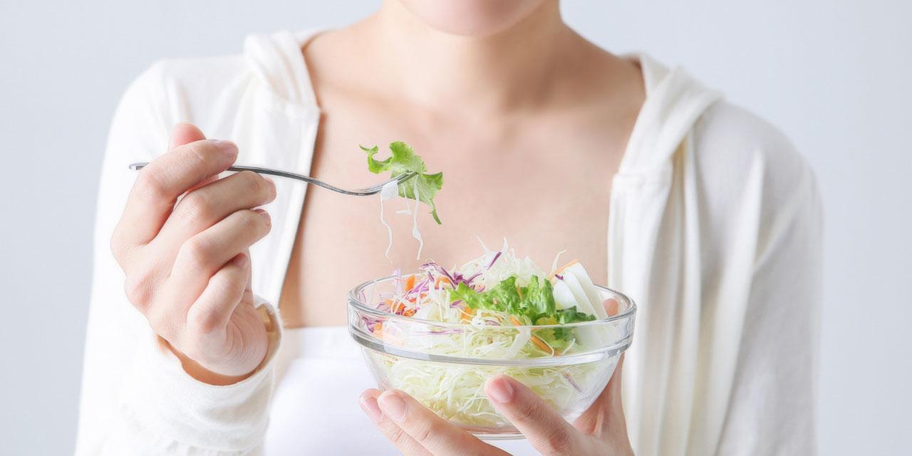 食事制限をする若い女性