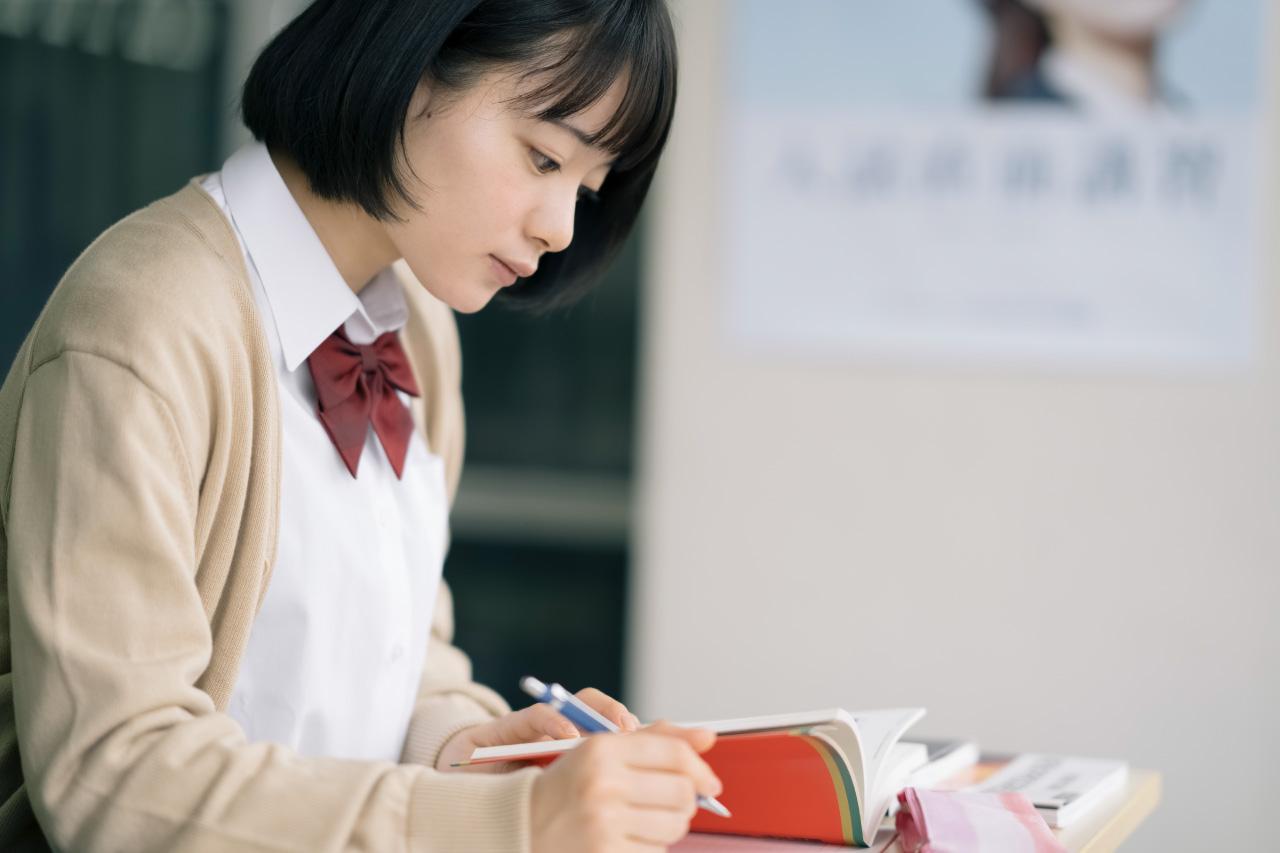 歩いて通学する女子高生