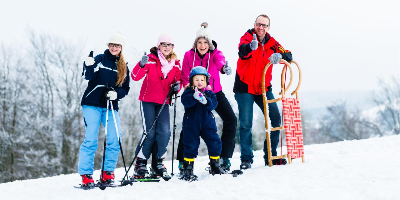 スノースポーツを楽しむ外国人家族