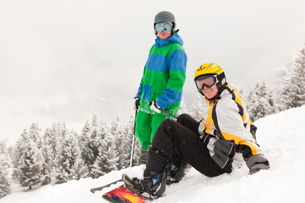 スノースポーツを楽しむ外国人2人組