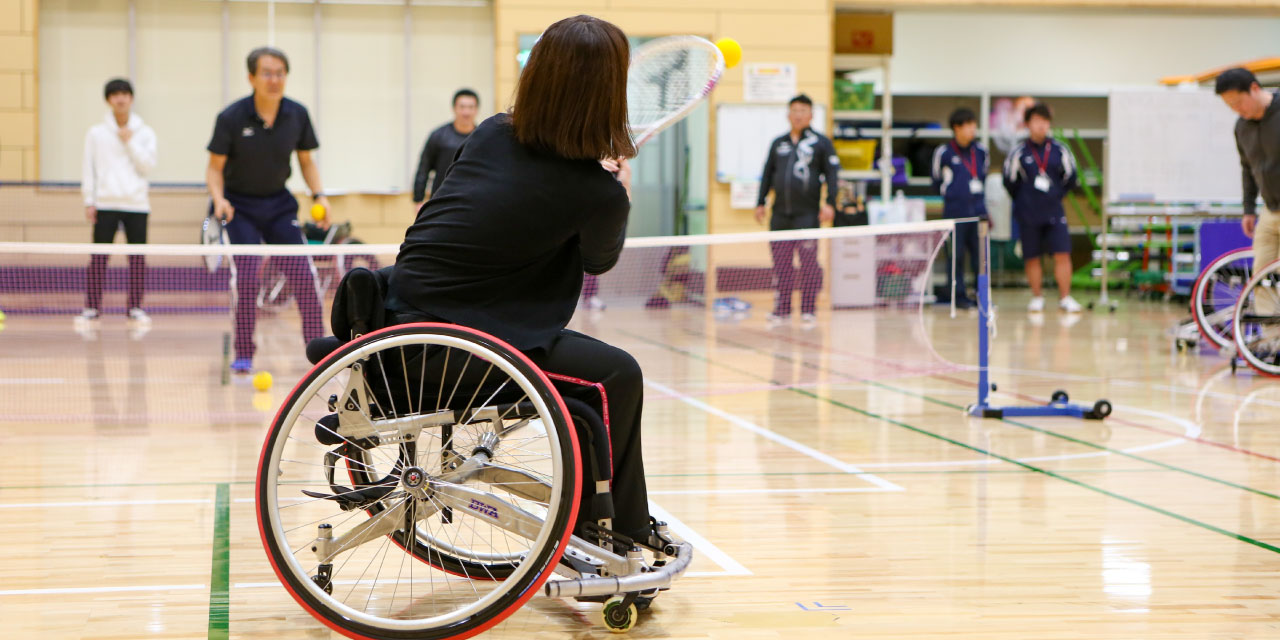 ショートテニスをプレイする女性