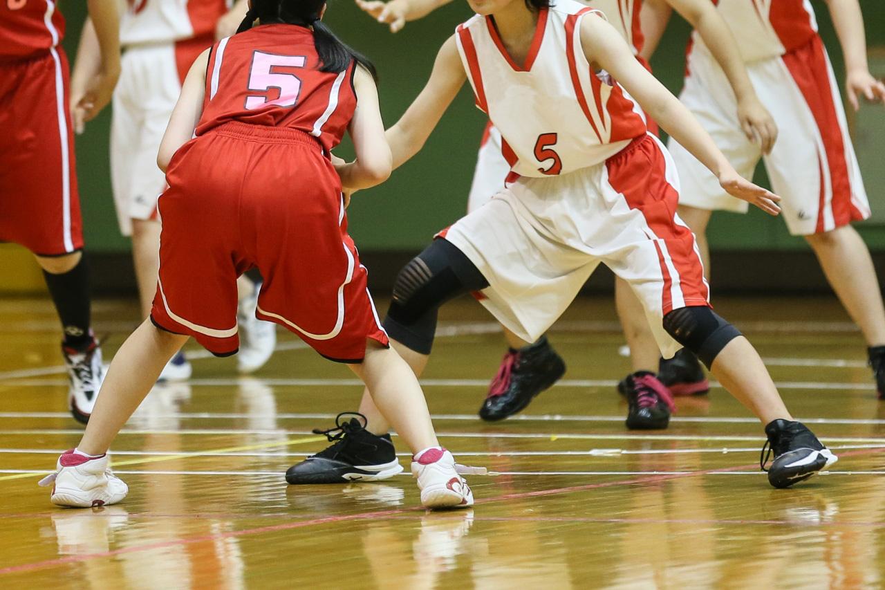 教室でバスケットボールを抱える女子生徒