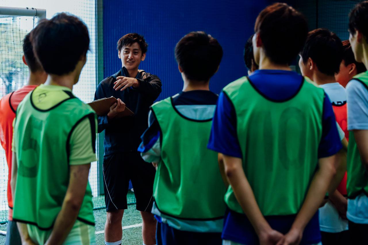 選手を指導するコーチ