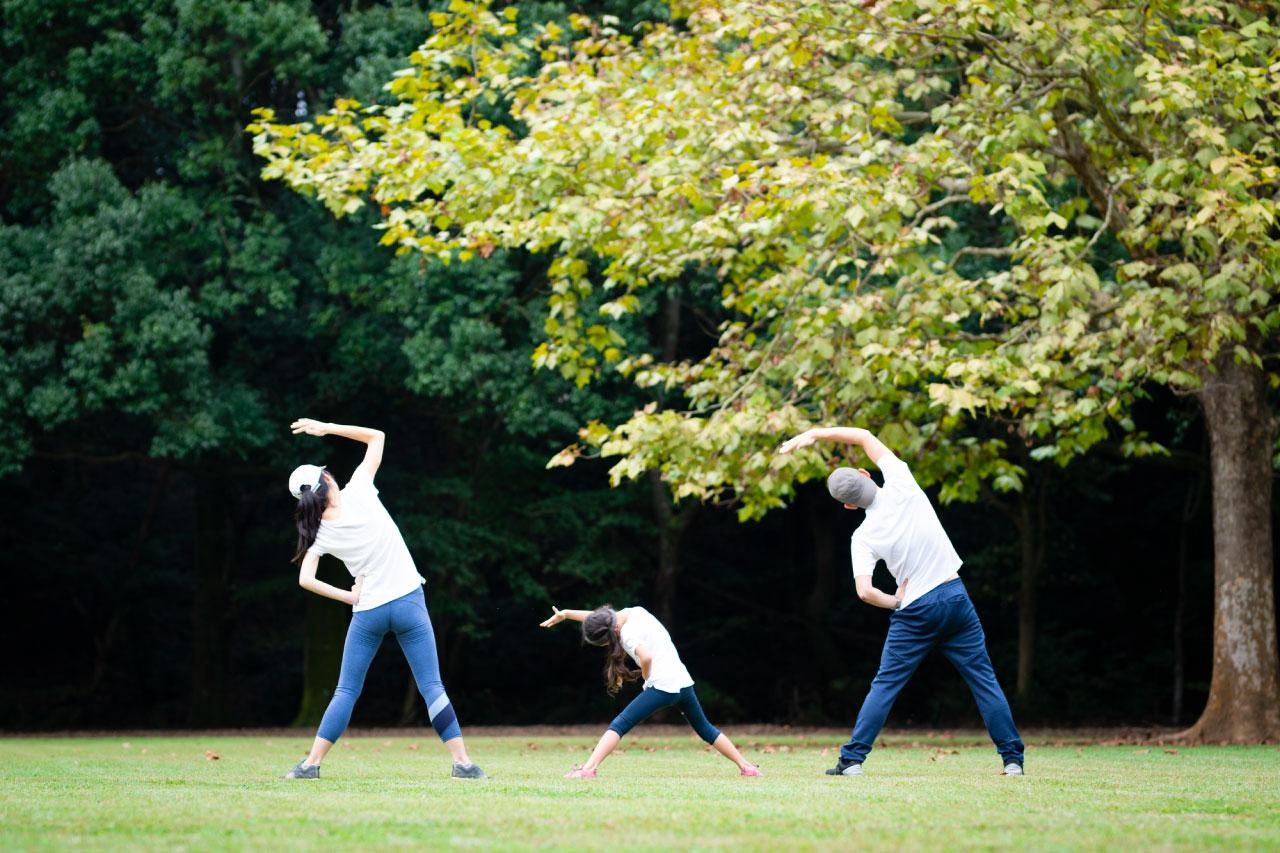 家族で運動をするイメージ写真