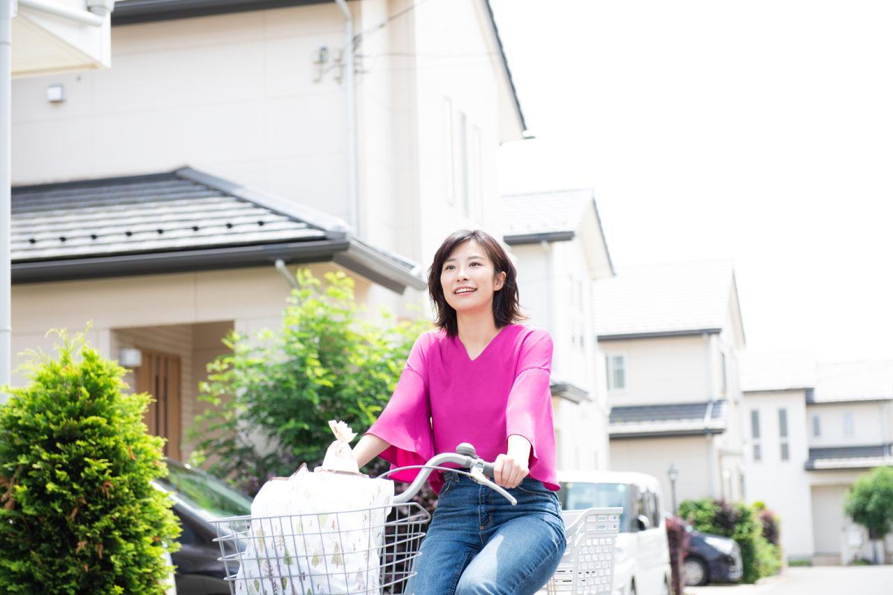 自転車で買い物をするイメージ写真