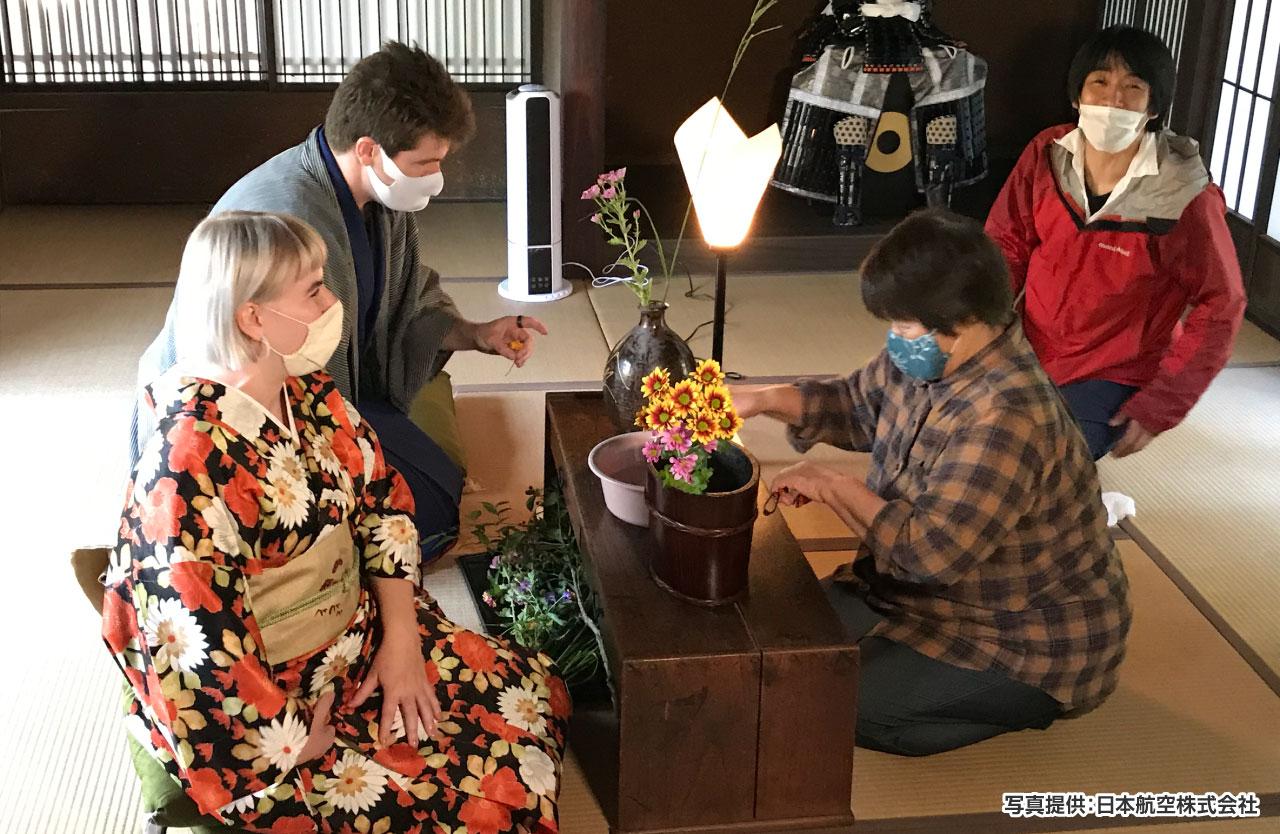 老舗旅館「清流庵」で着物に着替え、武家屋敷(旧田代家)にて華道体験を行う参加者