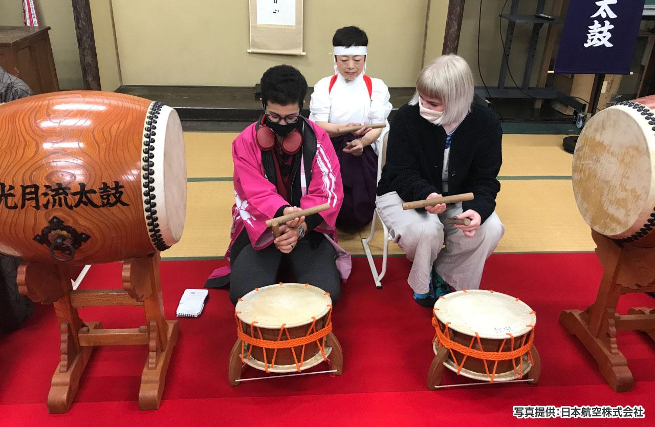 武家が嗜んだ「光月流太鼓」では、鑑賞のあと、地元保存会メンバーから手ほどきを受けながら実演体験