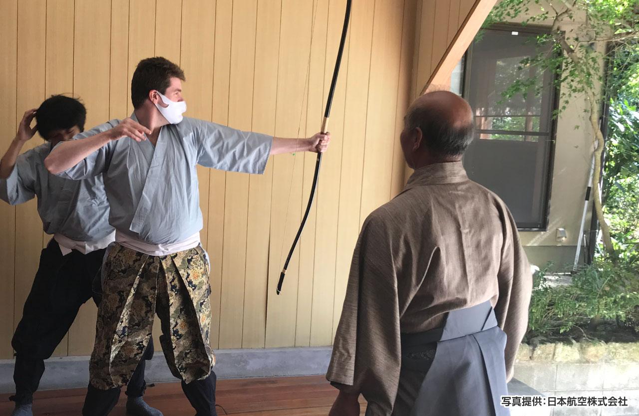 懐石料理店「潤水」に設けられた道場で初めての弓道体験に真剣に取り組む参加者
