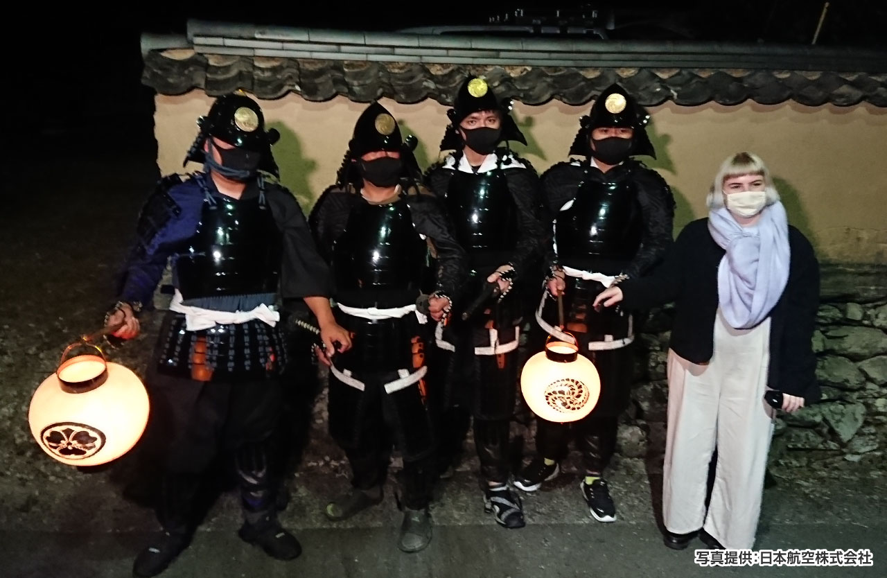 秋月甲冑見回り隊の指導のもと甲冑体験。戦国武将の雰囲気を味わいながら甲冑姿で記念撮影