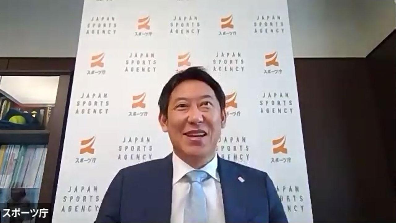 WEB会議で対談する鈴木長官
